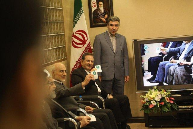 فیلم شوخی حسن روحانی با سایر کاندیداهای انتخابات ریاست جمهوری در پشت صحنه مناظره
