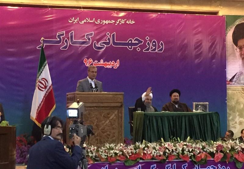 """شعارهای اعتراضی شدید کارگران حین سخنرانی روحانی/ """"زندگی کارگر رو به فناست امروز"""" + تصاویر"""