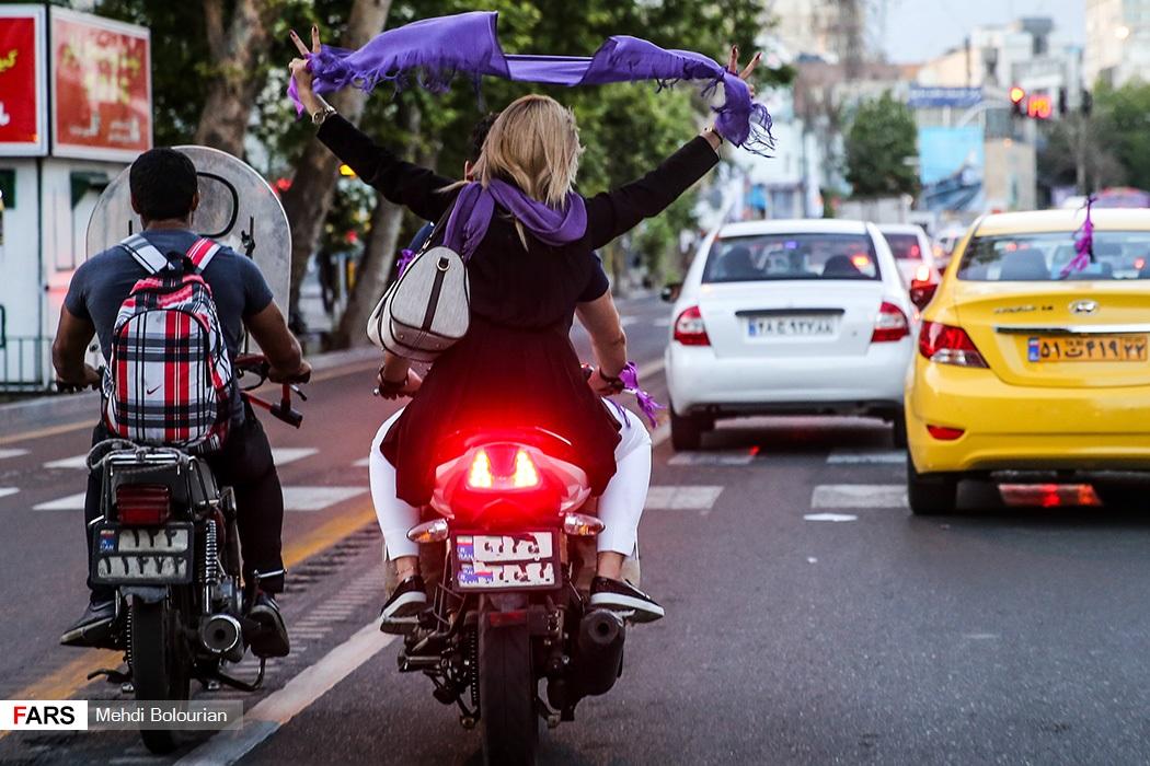 عکس کشف حجاب یکی از دختران طرفداران حسن روحانی در خیابان های تهران !