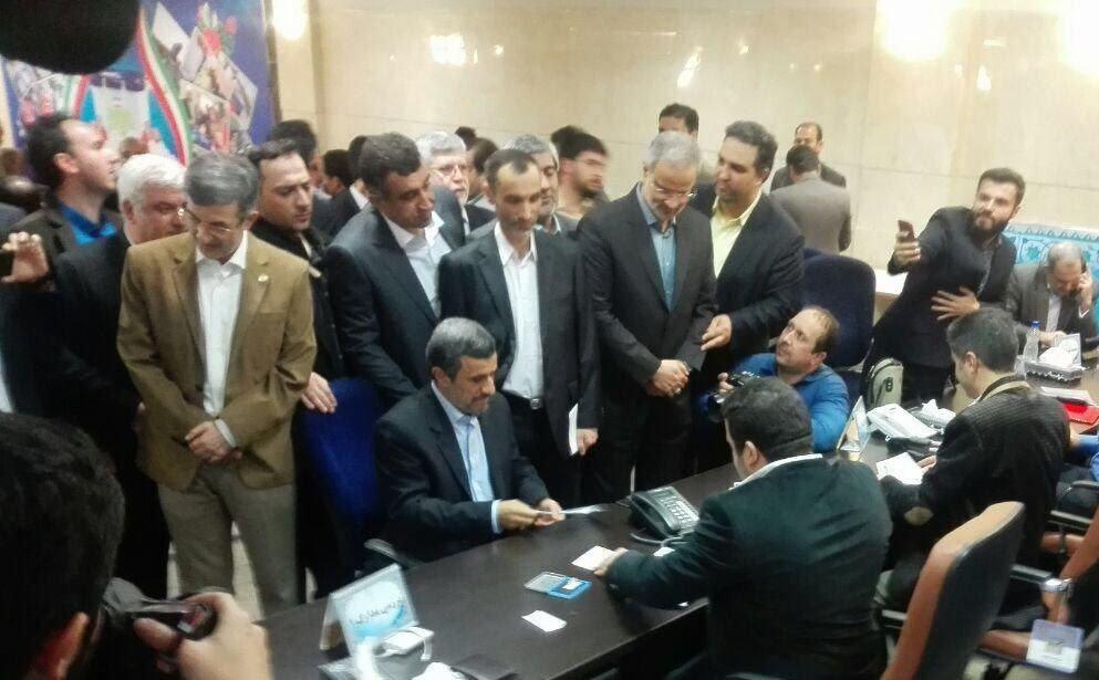 فیلم لحظه ثبت نام و کاندیداتوری احمدی نژاد در انتخابات ۹۶